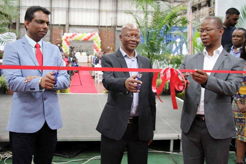 Mr. Amanlal Kumkaran, National Service Executive Manager, Southern Africa, Kalmar Industries, Mr. Themba Gwala, Transnet Port Terminals Chief Operations Officer and Mr. Thamsanqa Jiyane, Transnet Engineering Chief Officer: Advanced Manufacturing, cutting the ribbon.